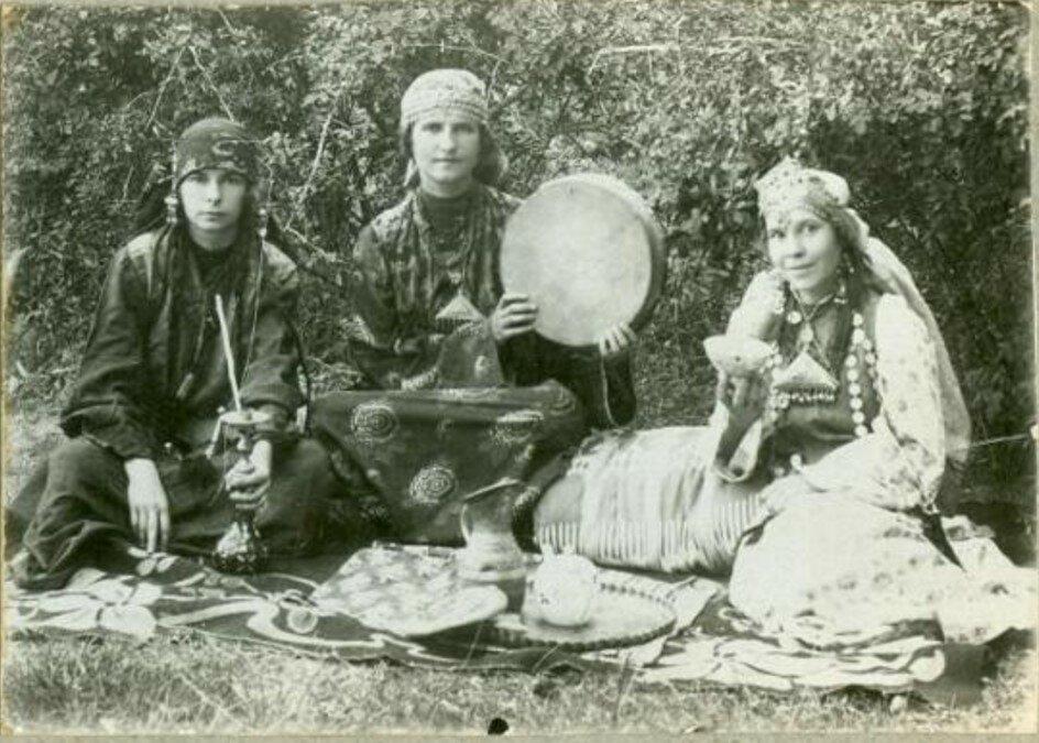 1924. Портрет трех женщин в восточных костюмах