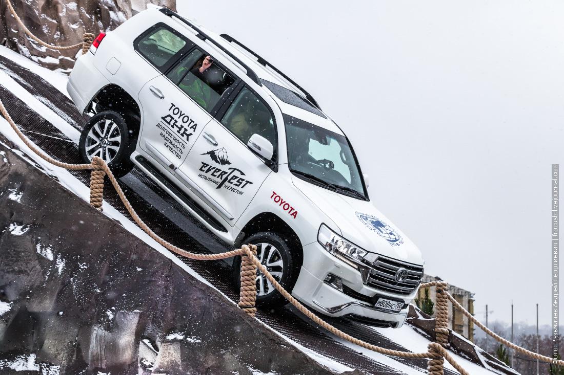 Тойота Лэнд Крузер 200 спуск с горы