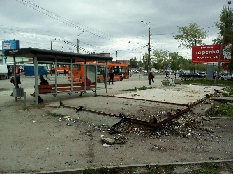 Пермь улица Куйбышева мусор за остановкой Обвинская