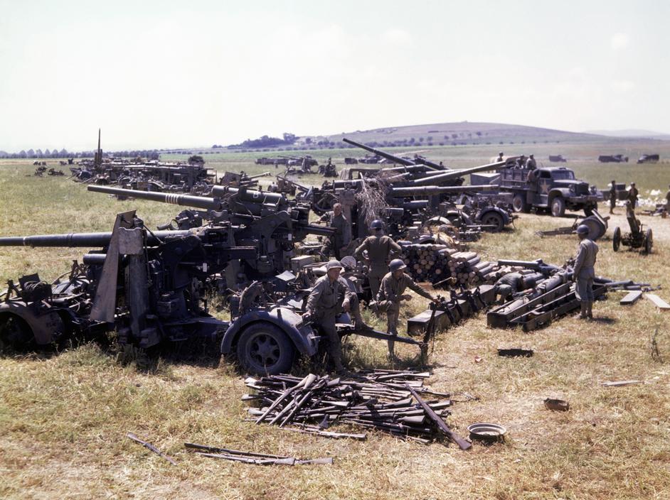 Wonderful Colour Photographs of World War II by Robert Capa (82).jpg