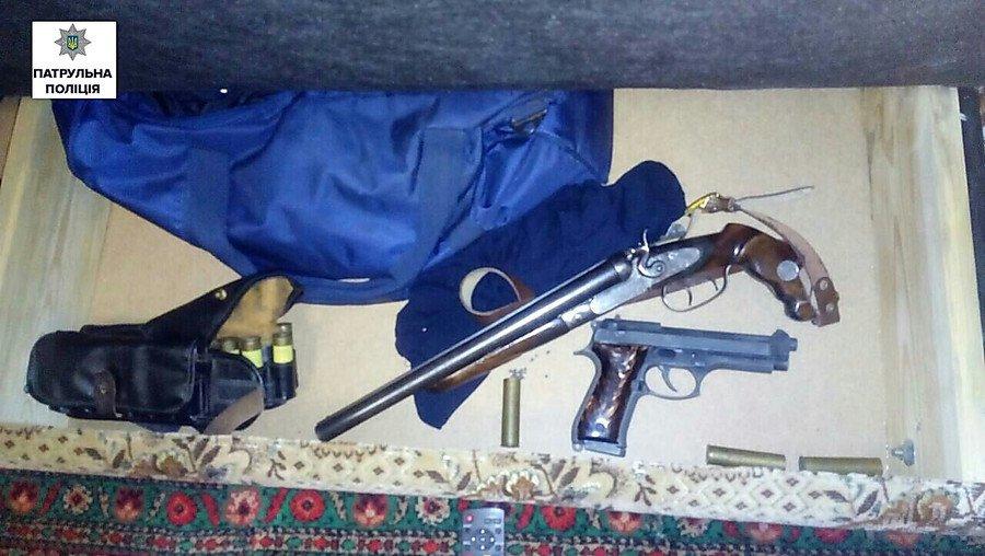 ВНиколаеве мужчина нелегально  сохранял  дома две катаны иогнестрельное оружие