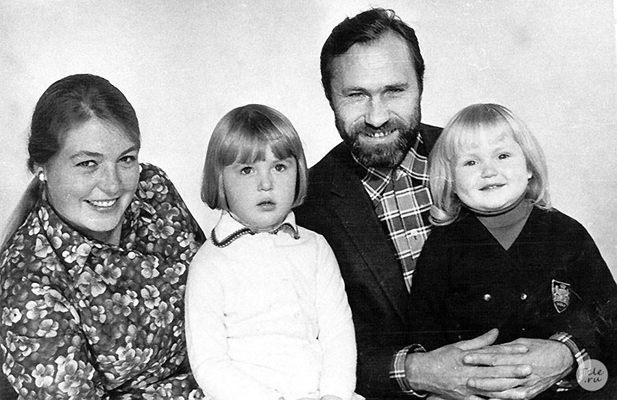 1. Лидия Федосеева-Шукшина и Василий Шукшин с дочерьми Машей и Олей