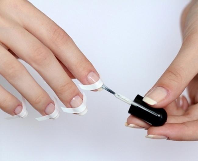 © klublady  Чтобы лак наногтях высох быстрее, опустите руки столько что накрашенными ногтями