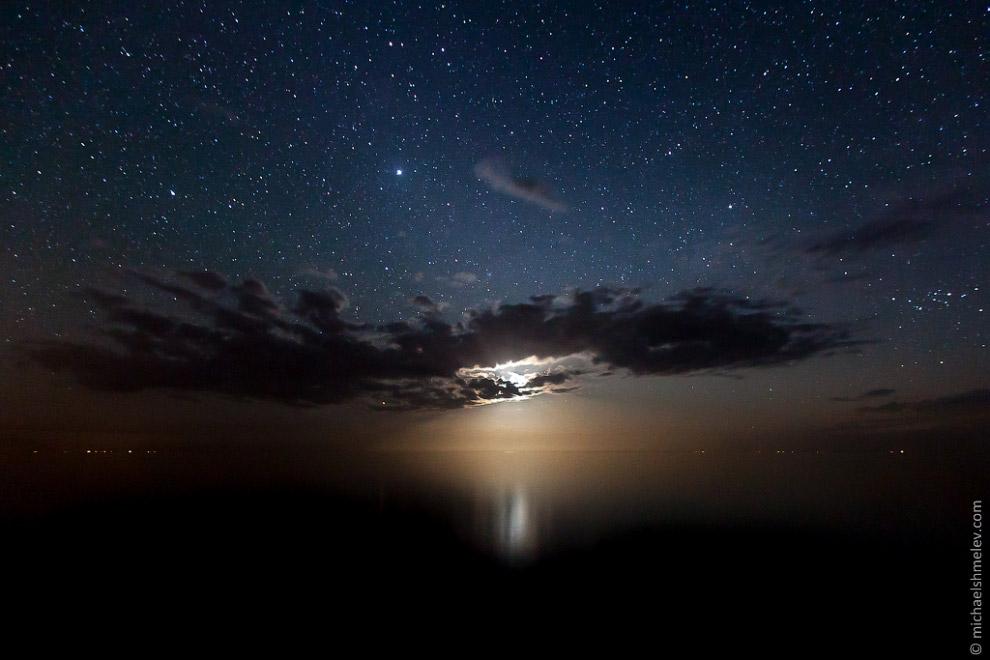 Ночью Иссык-Куль особенно тих и таинственен. Южное его побережье все еще остаётся малонаселенны