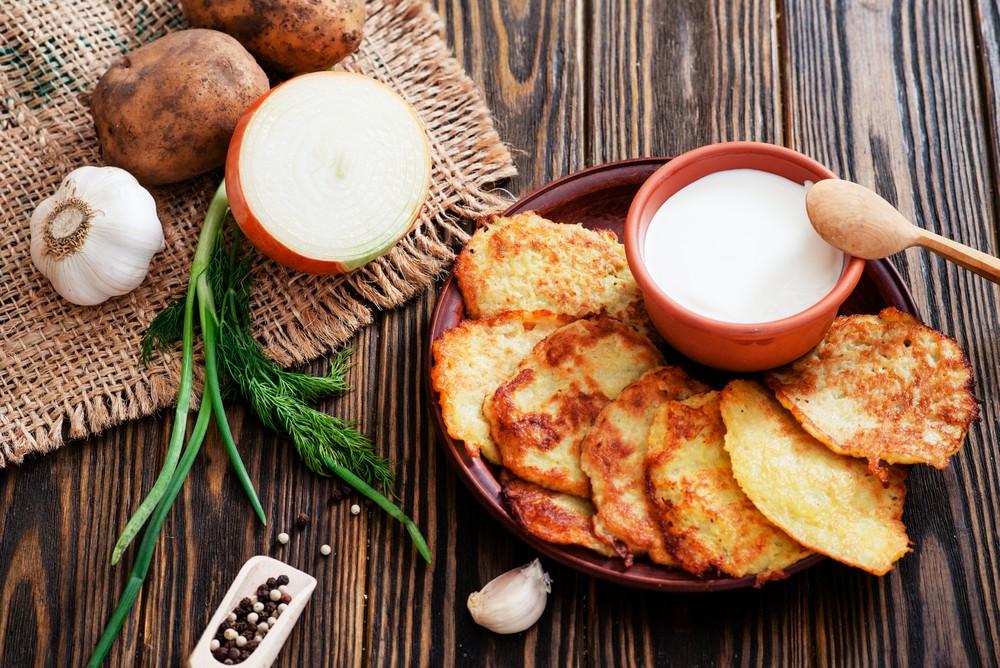 Классические драники Ингредиенты: 1 кг картофеля 2 луковицы 2 яйца 1 ст. л. муки соль, перец 2 ст. л