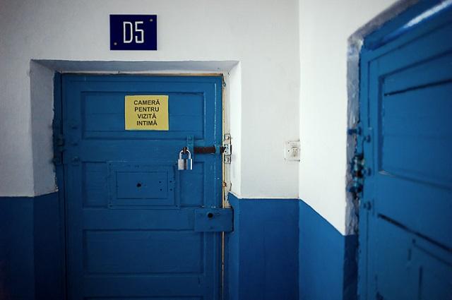 Бумбуц впервые сфотографировал интимную комнату в тюрьме в 2008 году, когда снимал пару до и после с