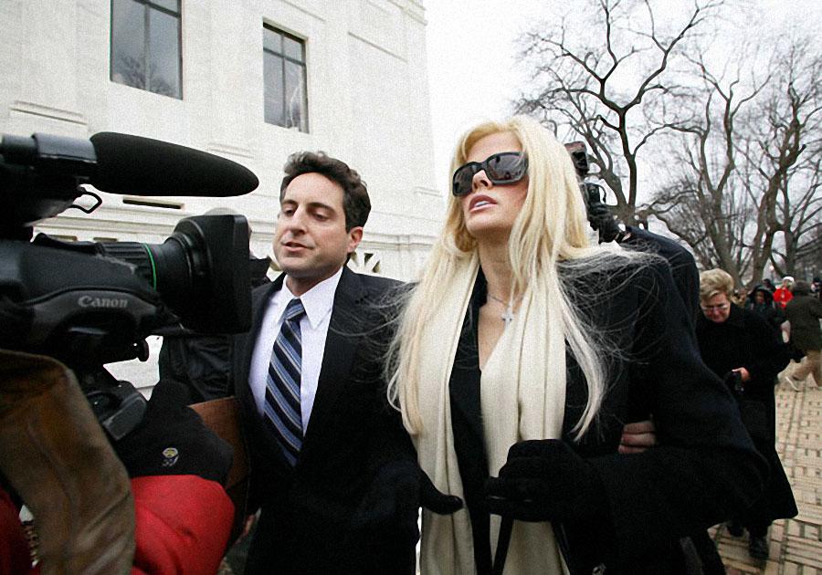 Анна Николь Смит и адвокат Говард Стерн в Верховном суде Вашингтона в феврале 2006 года. Верховный с