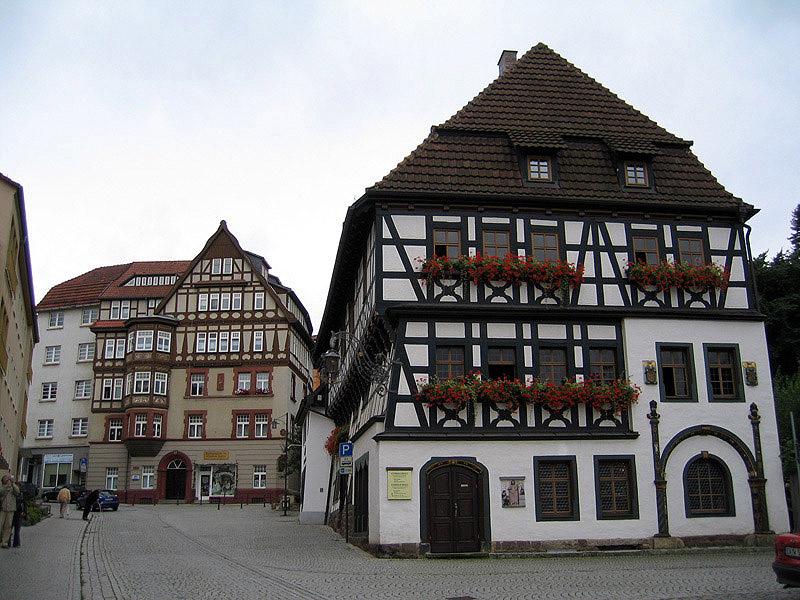 Типичные жилые дома в историческом центре города в Германии.