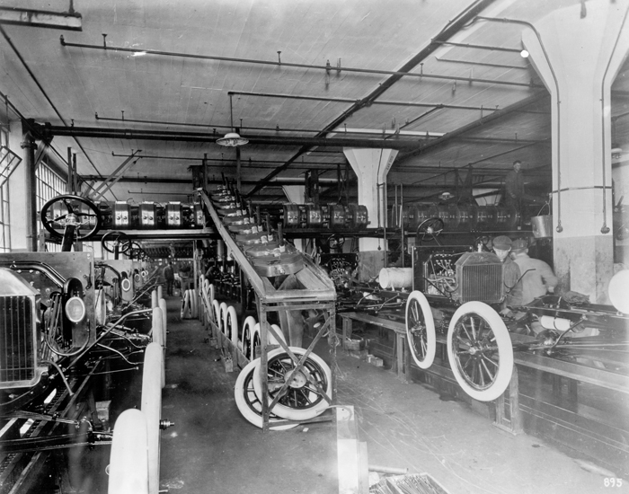 Установка радиаторов и колес на заводе в Хайленд-Парке, 1914