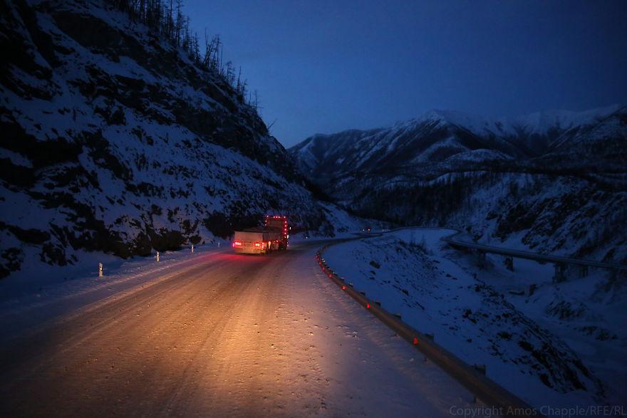 Начало пути было хорошим. Мы пробирались через горы по Колымской трассе, и земля была вполне устойчи