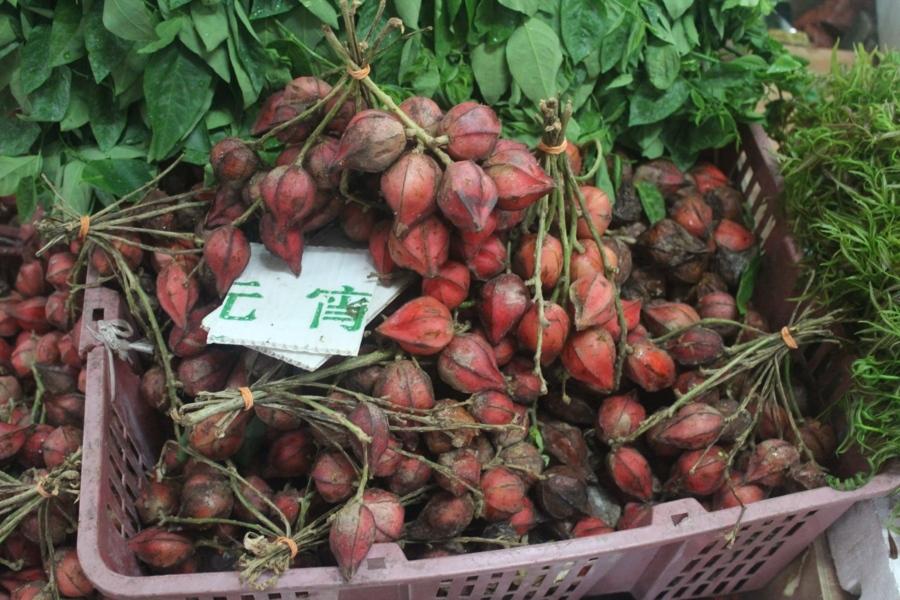 Еще один фрукт с Борнео. Стоит даже меньше доллара. Дикой карамболой он называется из-за формы, хотя