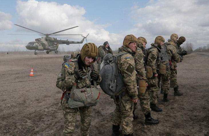 2. Ополченцы помогают паре забраться на разрушенный мост через реку Северский Донец на востоке Украи