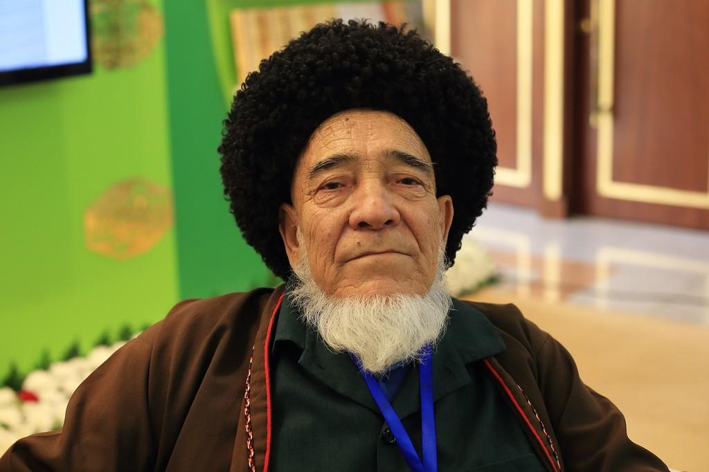 27. Пожилой туркмен. По-русски говорит очень хорошо, знает название многих русских современных издат