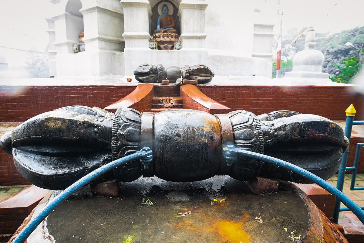 12. Скипетр «ваджра» (дордже тиб.) — в буддизме символизирует, с одной стороны, изначальную совершен