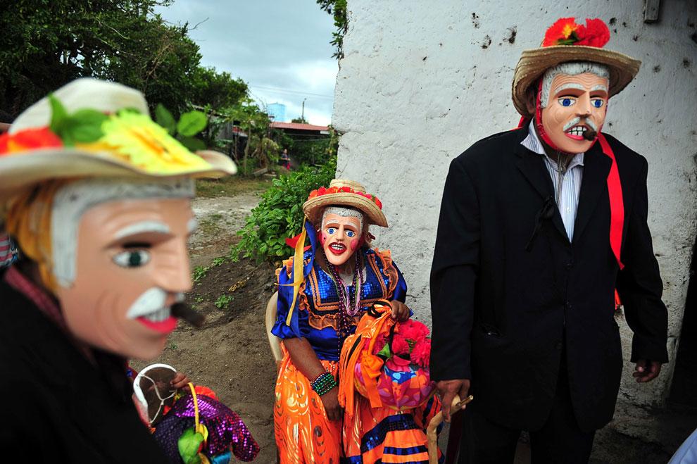 Ряженые бесы на карнавале в Доминиканской Республике. (Фото Dominican Republic Ministry of Tourism):