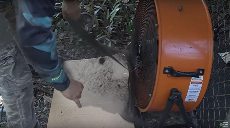 В своем видео Рохас предупреждает, что производители вентиляторов не рекомендуют оставлять их работа