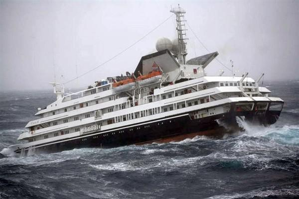 Круизный лайнер Anthem ofthe Seas накрывает «девятым валом» впроцессе шторма