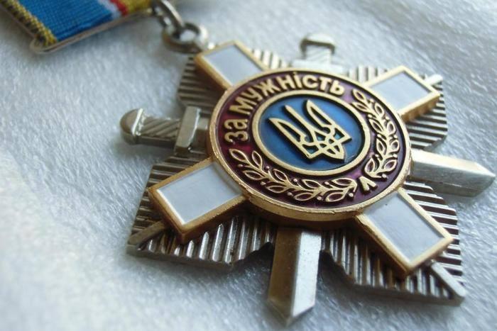 Сестра погибшего украинского десантника вернула Порошенко орден брата