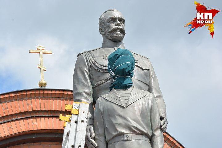 20170801_09-00-В Новосибирске памятник Николаю II и его сыну изрубили топором-pic1