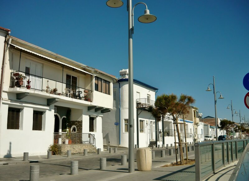 Белые домики вдоль моря