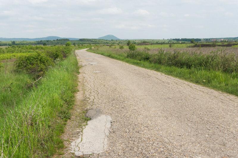 узкая асфальтированная дорога в сербии