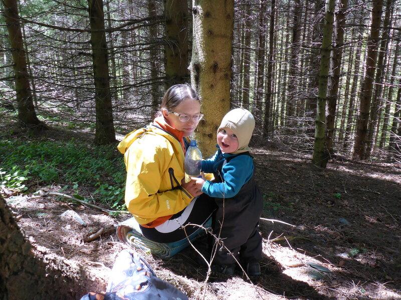 мама и ребенок в походе