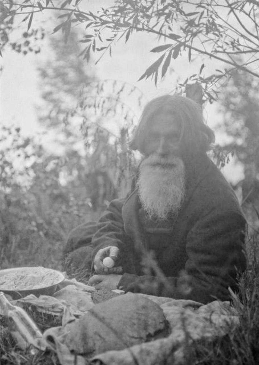 Старик ест на кладбище