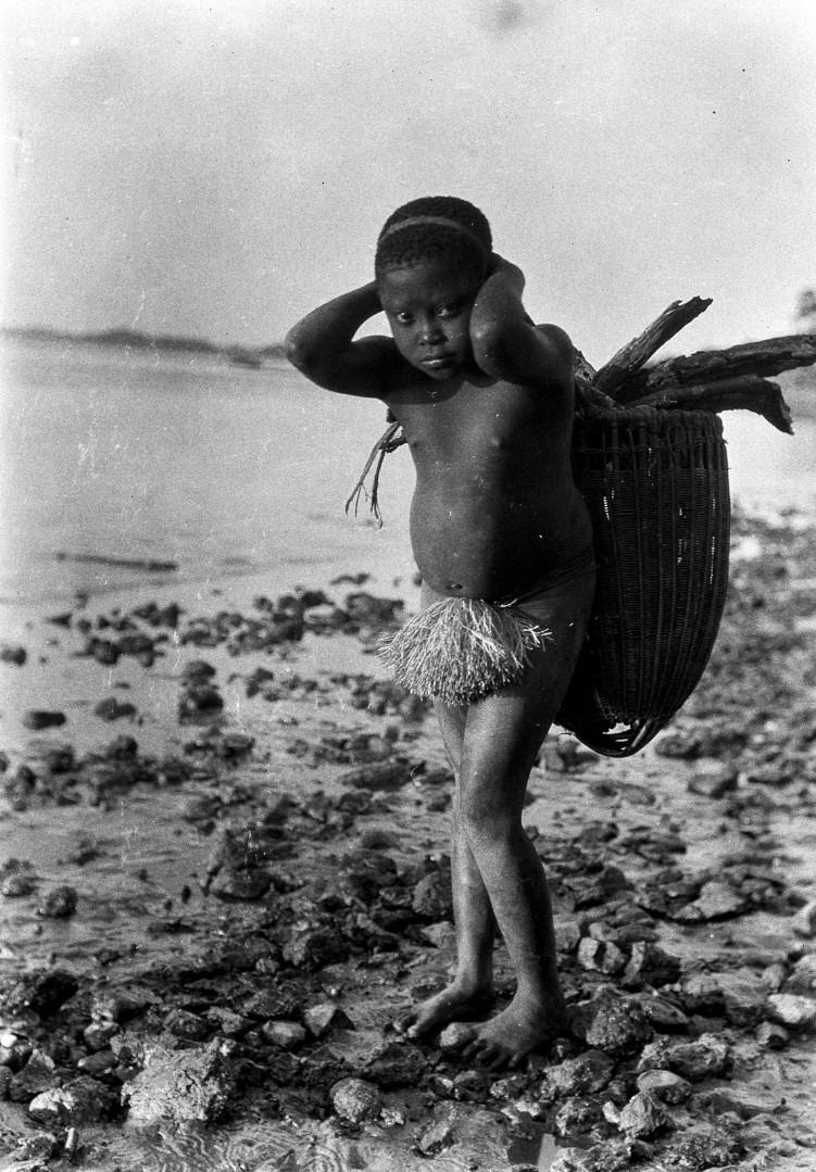 1190. Народность онге. Ребенок с корзиной для сбора хвороста