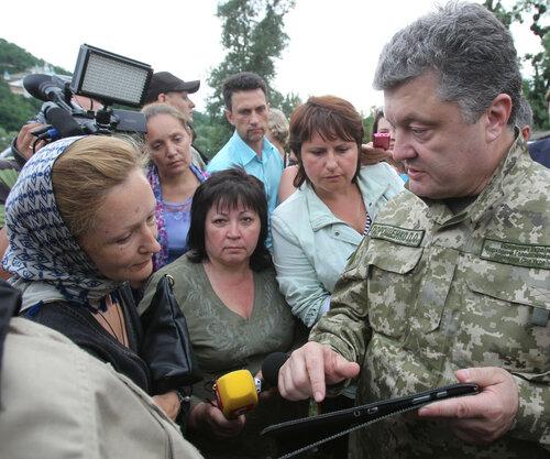Порошенко совершил визит в зону боевых действий - на Донбасс
