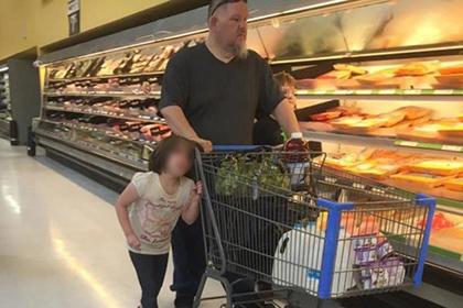 Американец таскал за волосы свою дочь по гипермаркету