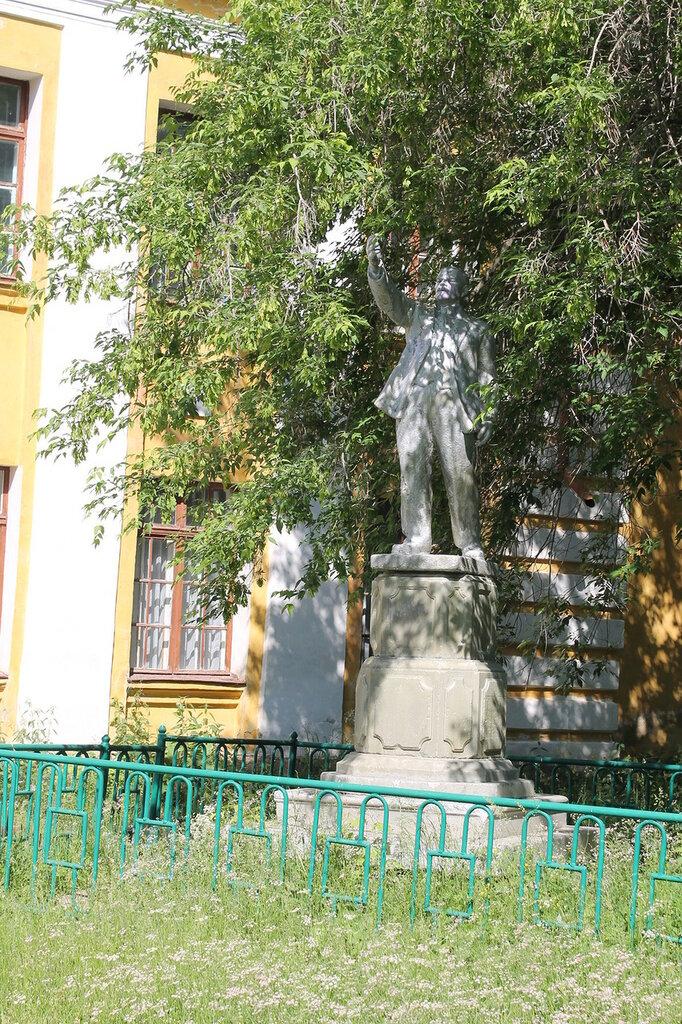Ленин, который раньше стоял перед закрытым храмом.