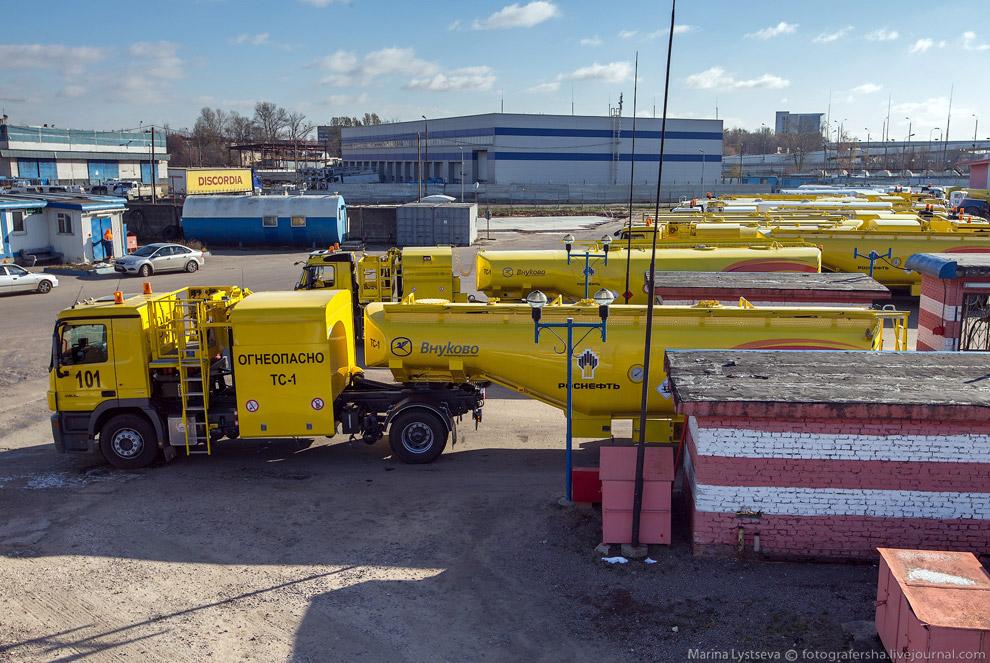 7. Шланг присоединяется к штуцеру топливозаправщика.