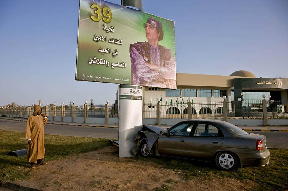 8. Разбитый автомобиль в воскресное утро перед зданием регионального собрания в Себхе. (George Stein