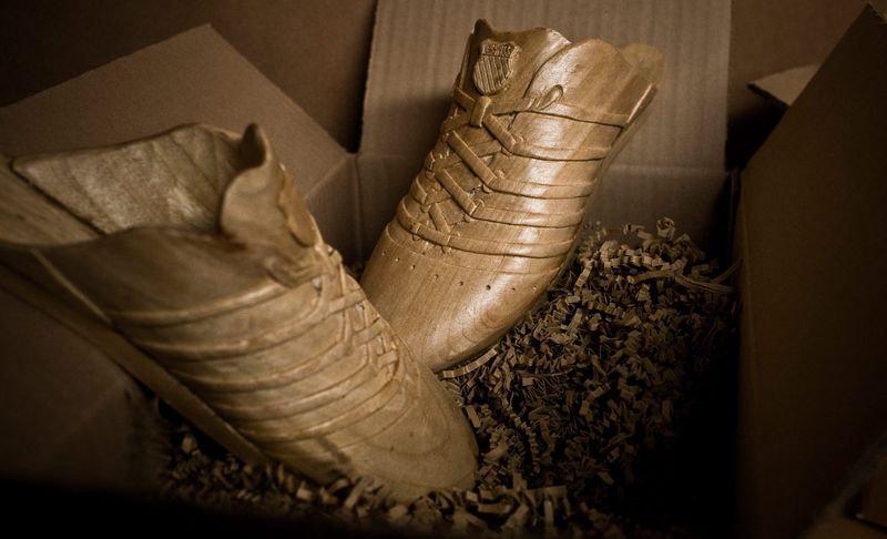 Эти кроссовки изготовили вручную, вдохновившись дизайном ботинок конца XIX — начала XX века.