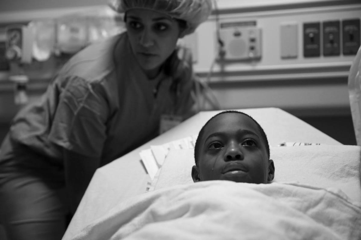 Тэйвон плачет перед началом операции по удалению пули. Она пробила желудок, почку, селезенку и левое