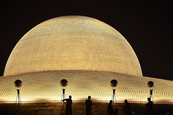 1. Купол окружен площадкой для медитации. В храме проживает около 3000 монахов, послушников и м
