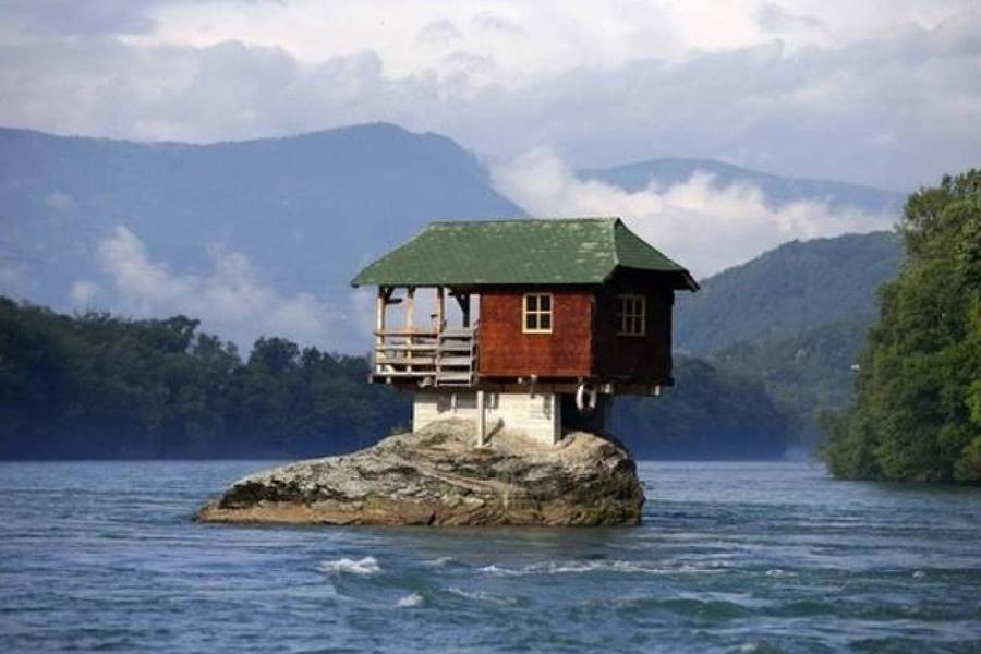 Дом на реке — идеальное место для тех, кто ищет уединения и спокойствия. Этот дом на скале посередин