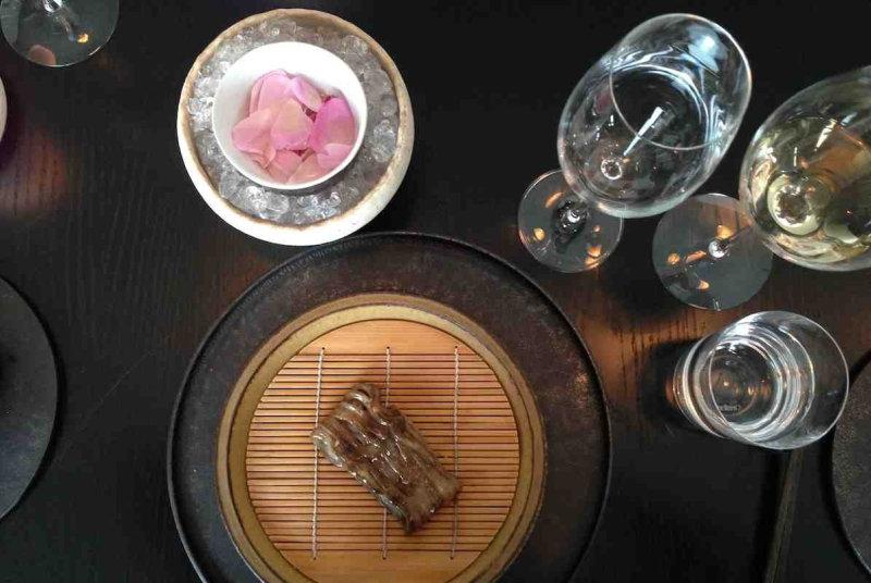 Следующие блюда подавались в традиционных японских кайсеки (маленькие тарелки, используемые в высоко