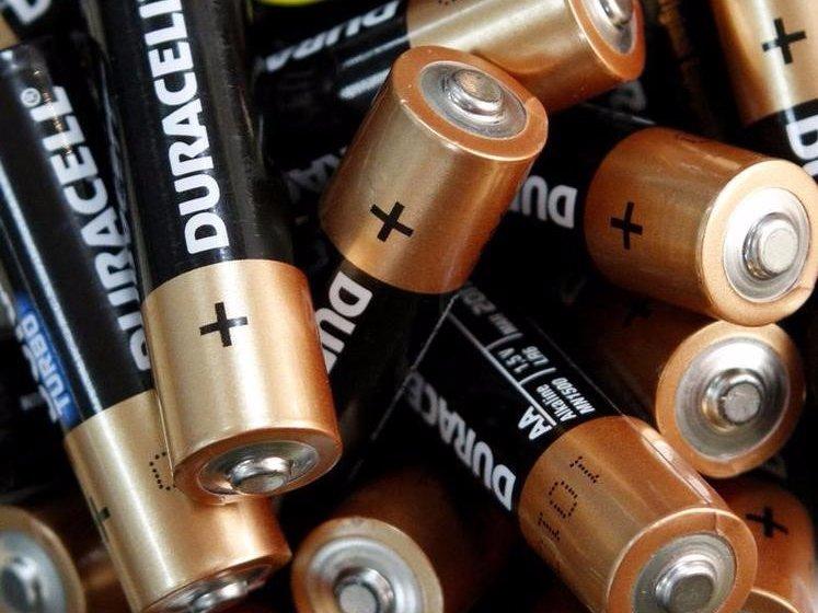 4. Хранение батареек в холодильнике не продлит им жизнь. Лайфхак советует хранить батарейки в прохла