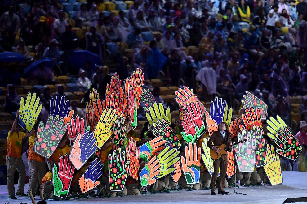 8. На стадионе «Маракана» в Рио-де-Жанейро появились японские флаги. К чему бы это? Просто чере