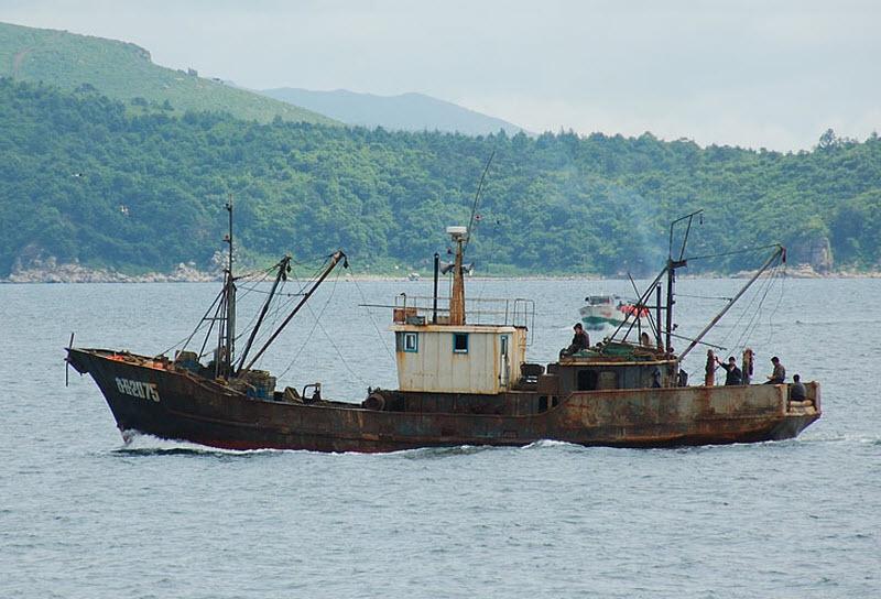 32. Представитель местного рыболовного флота. Те самые северокорейские лохани, порой браконьерящие в