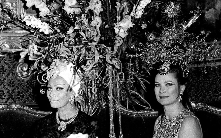 26. 1969 год. Софи Лорен и княгиня Грейс на карнавале в казино Монте-Карло.