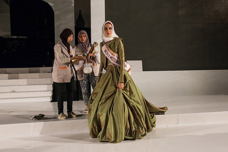 21. Конкурс закончен. Победила «Мисс Тунис» Фатма Бен Гуэфраке. Она была награждена золотыми часами,
