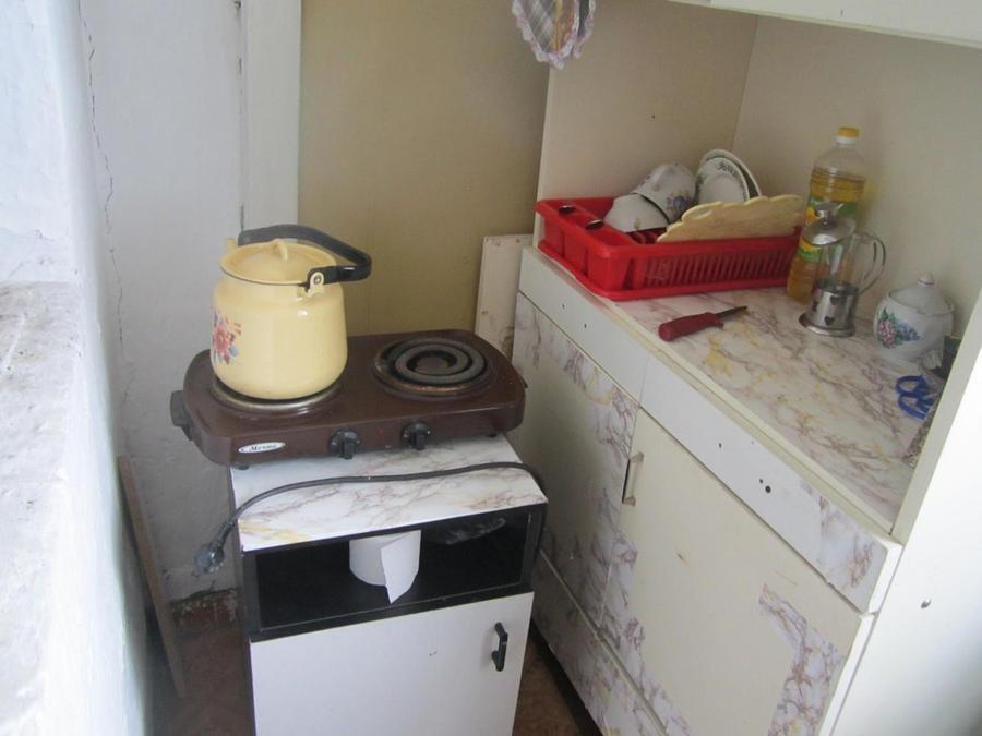 6. Вот за печкой моя «кухня». Тут у меня плитка, шкафчик с посудой и кое-какими продуктами. Все скор
