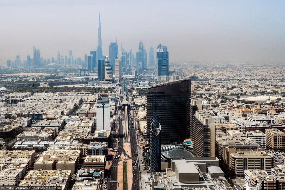 7. Пролетаем над знаменитой яхтой «Дубай». Принадлежит она, как вы уже догадались, правителю эмирата