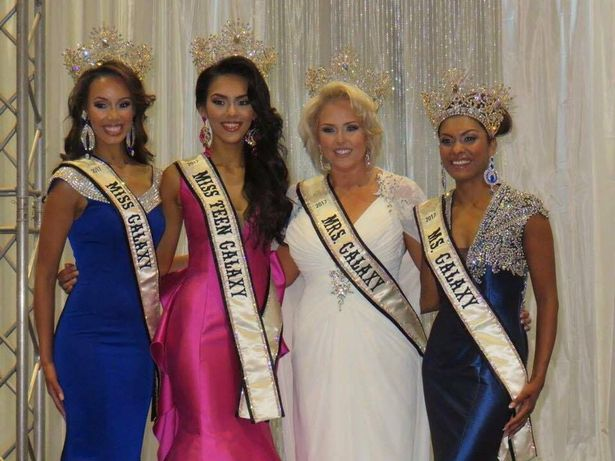 Сара (вторая справа) с другими участницами конкурса.