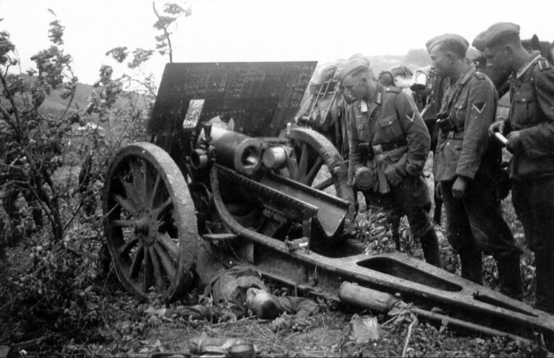 Нем. солдаты смотрят на погибшего сов. арт. 122 мм гаубицы.jpg