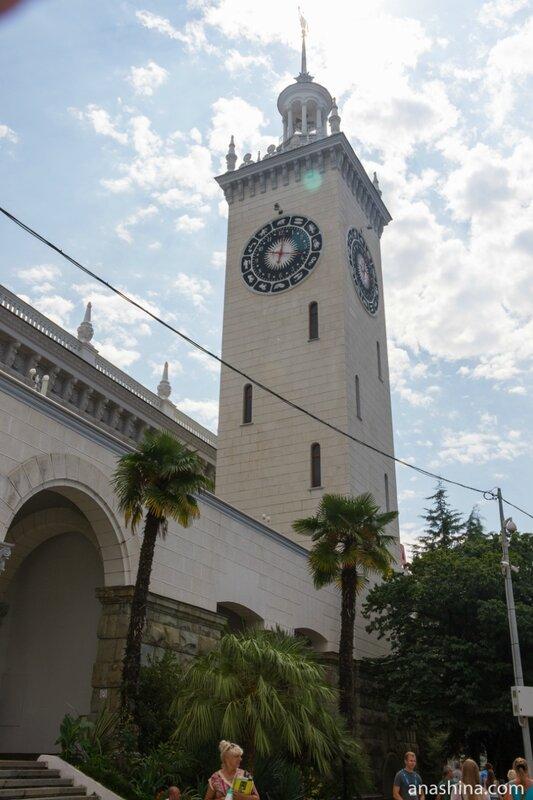 Здание железнодорожного вокзала в Сочи