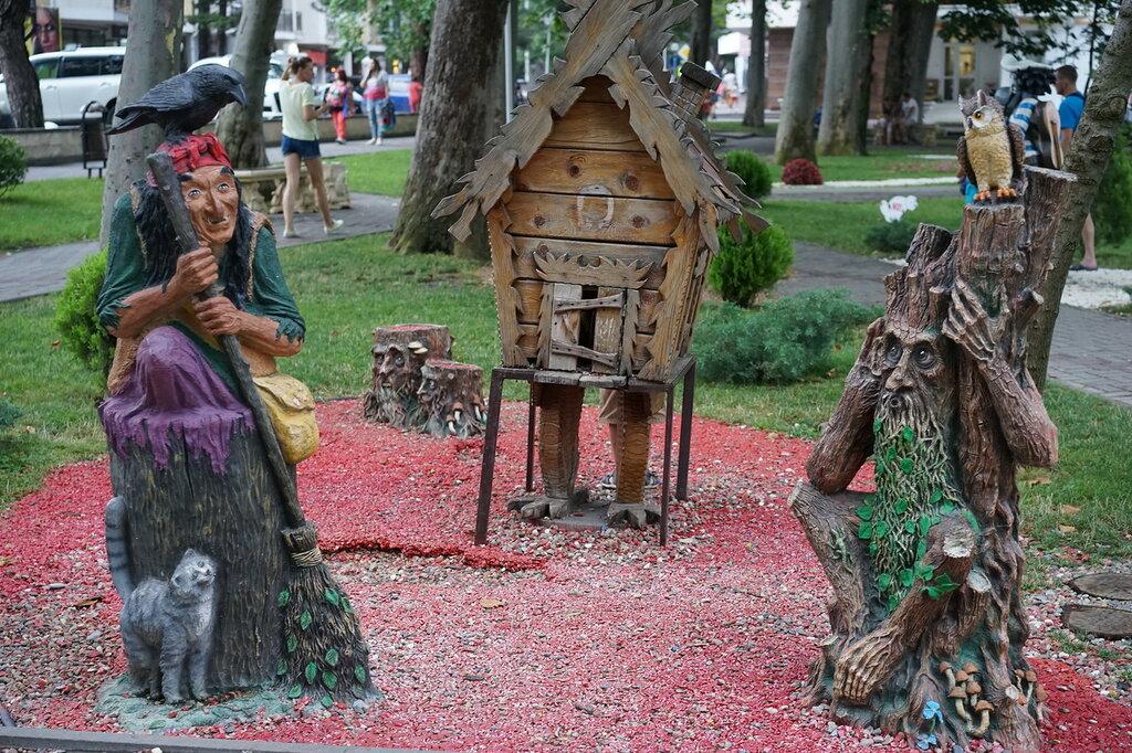 Баба Яга и дом на курьих ножках (Город Сказок, г.Геленджик)