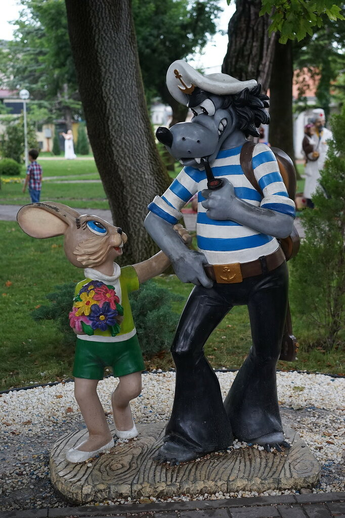 Скульптуры заяц и волк из Ну-Погоди (Город Сказок, г.Геленджик)